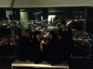 函館山展望台(室内)から夜景を楽しむ生徒たち