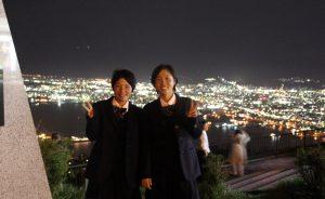 函館の夜景を背景に